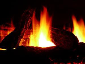 Puedo quemar pino en la chimenea