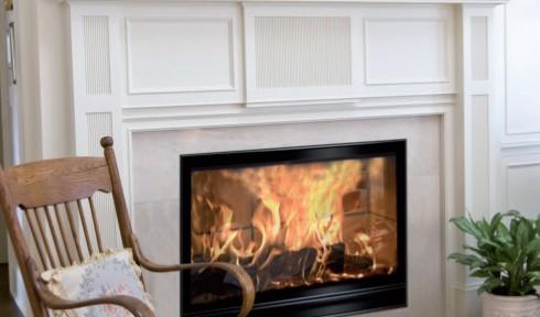 Decoración de una sala de estar con una chimenea