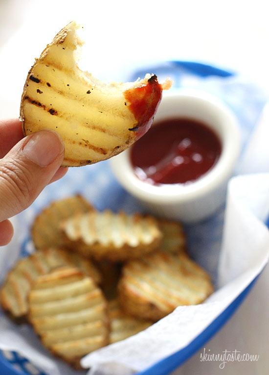 Saboreando las Patatas fritas crujientes en la barbacoa con tu salsa favorita