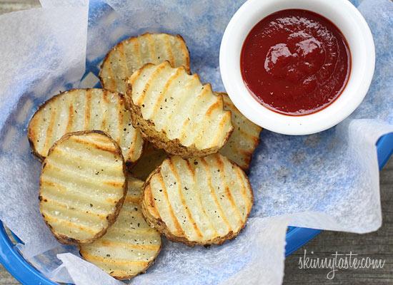 Presentación de las Patatas fritas crujientes en la barbacoa listas para comer