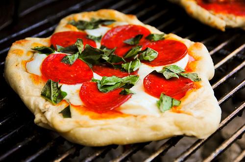Obtener pizzas deliciosas es una buena excusa para Utilizar la barbacoa para hacer pan