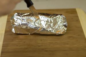 Agujerear el paquetito con las virutas para dar sabor ahumado a la carne