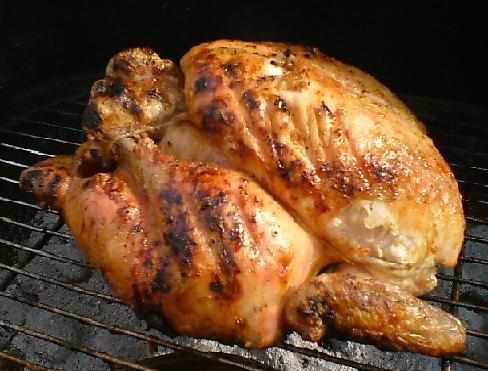 La calor indirecto es lo mas apropiado para Cocinar un pollo entero en la barbacoa