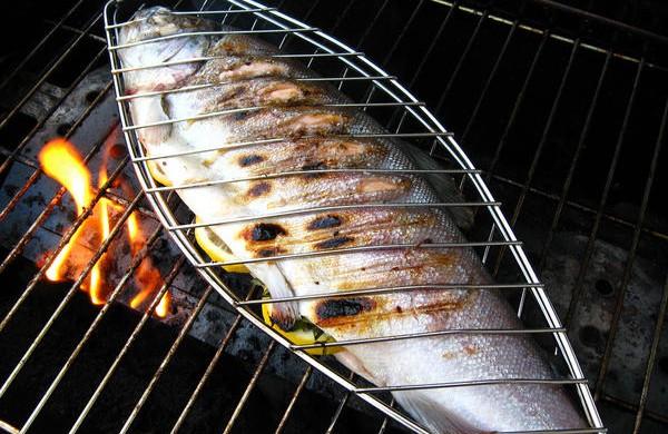 Uso de parrilla especial de pescado para hacer una trucha a la parrilla