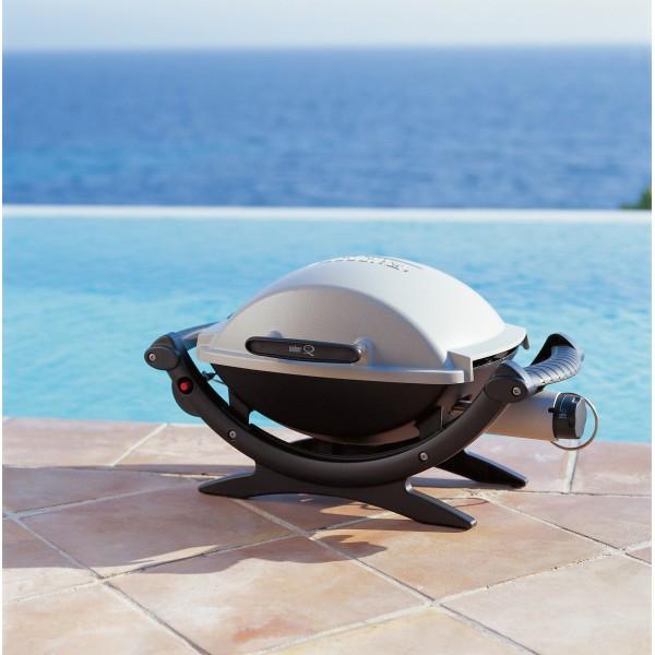 La Barbacoa Weber Gas Q100 resulta ideal para usar en un dia de piscina
