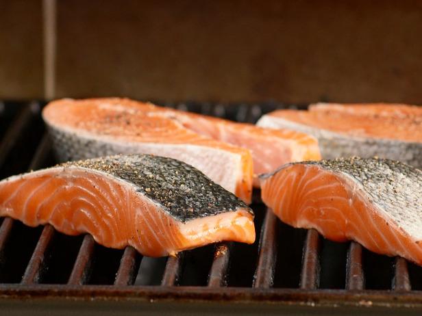 Colocar la parte sin piel primero - Cocinar salmón a la parrilla