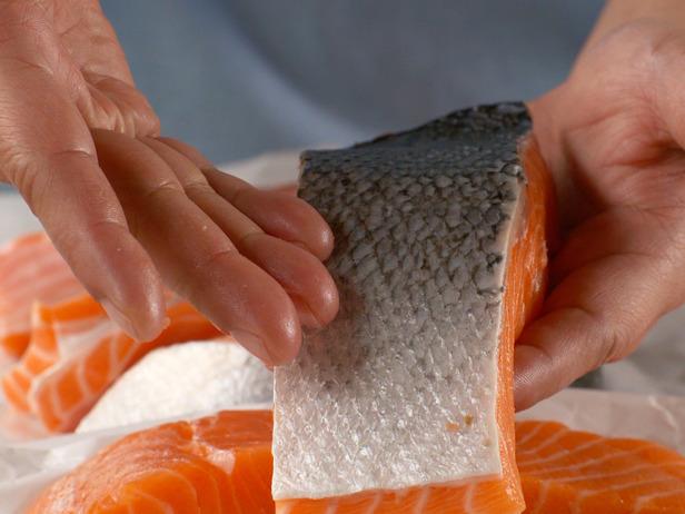 La piel ayuda a mantener la carne del pescado unida - Cocinar salmón a la parrilla