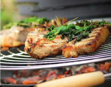 Carne a la parrilla en una Barbacoa Invicta Shogun