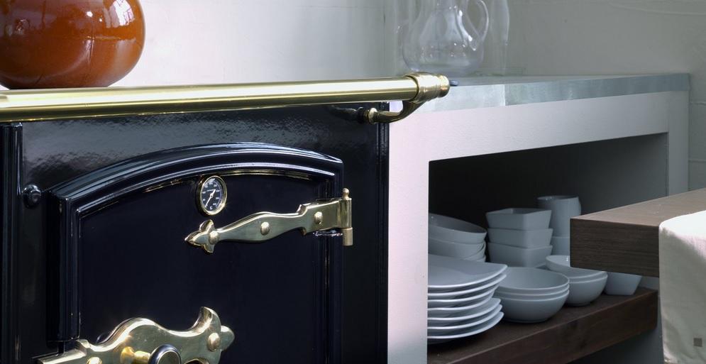 Vista de la puerta con termómetro de la Cocina Lacunza Rustica
