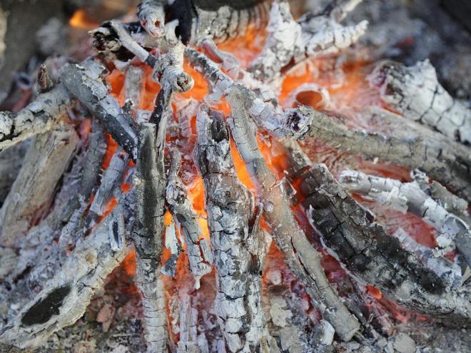 El fuego de madera crea Cenizas el elemento incombustible