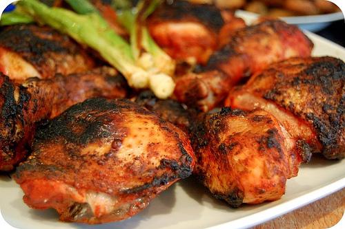 Plato de Muslos de pollo tandoori recien cocinado