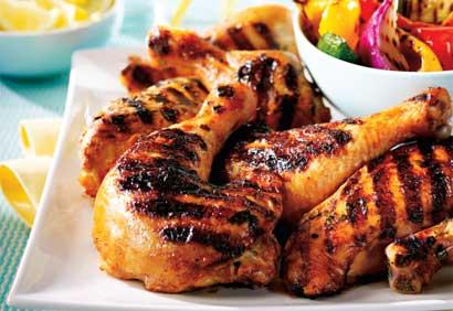 Plato de Muslos de pollo tandoori hechos a la parrilla