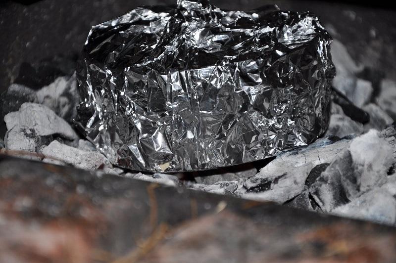 Camembert a la barbacoa envuelto en aluminio y sobre las brasas