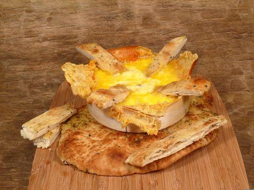Camembert a la barbacoa listo para disfrutar con pan