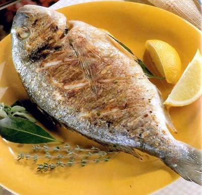 Pescado a la parrilla cocinado entero