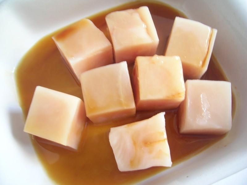 Brocheta de pollo a la miel en pleno marinado